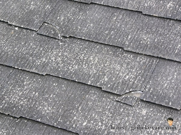 全体的にスレート屋根が白く劣化している