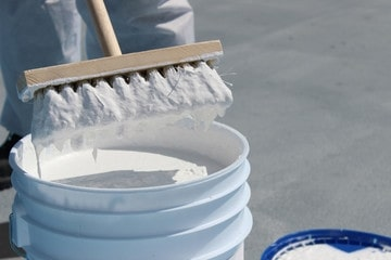 屋根塗装費用を安く抑える①耐久年数の長い塗料素材を選ぶ