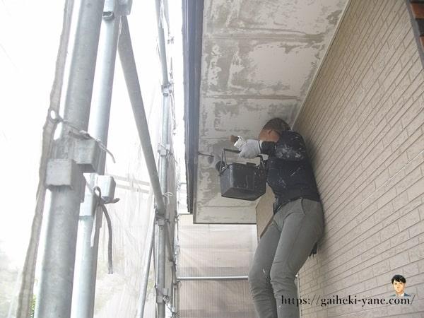1階部分の養生&水切り塗装