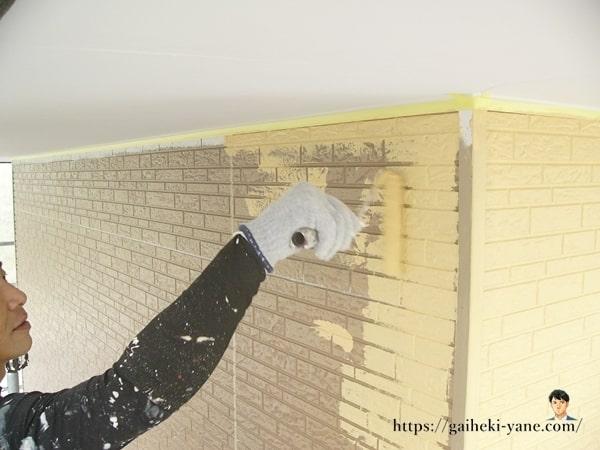 2階外壁塗装の中塗り工程