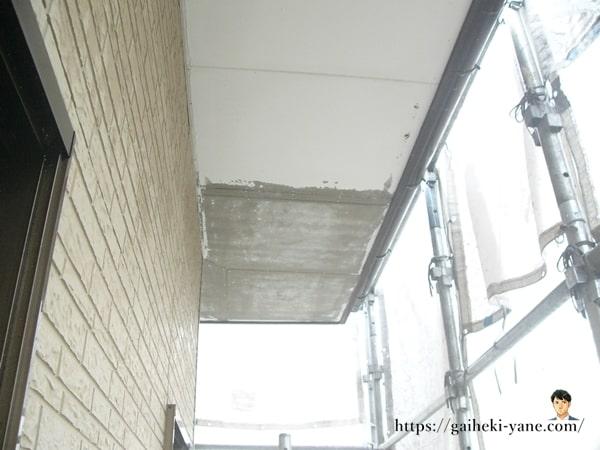 軒天下に塗られている古い塗装