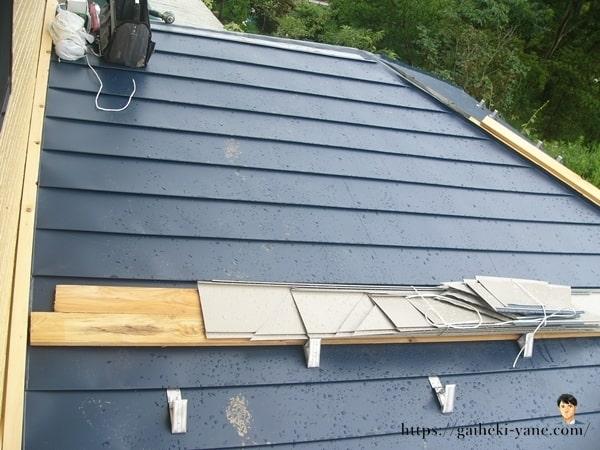 新しい木材も使用された屋根カバー工法
