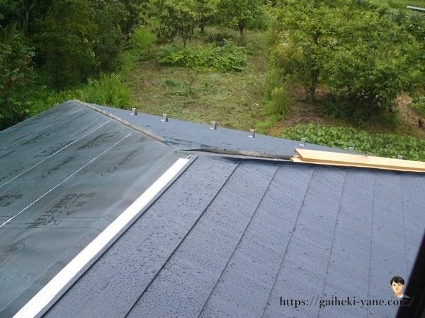 雨に濡れたガルバリウム鋼板屋根