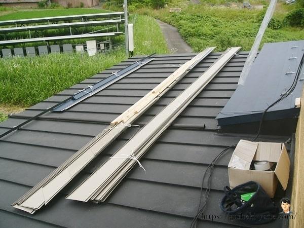 ガルバリウム鋼板を屋根の上に上げる