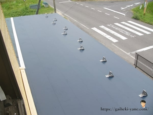 半分だけガルバリウム鋼板が敷かれた状態