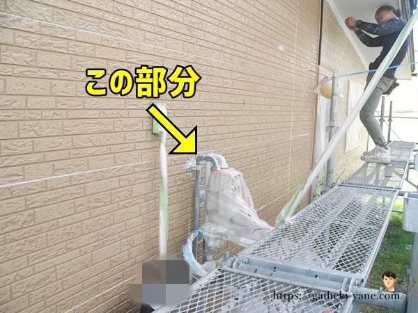 外部機器の配管部分などを塗装