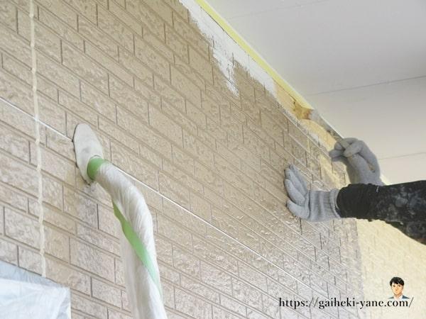 外壁の中塗り作業