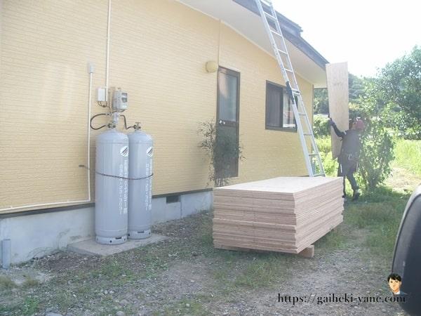 既存スレート葺の上に敷く「コンパネ」の施工